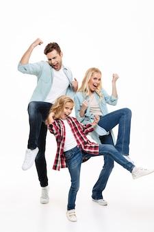 Retrato de corpo inteiro de uma família feliz e satisfeita