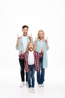 Retrato de corpo inteiro de uma família jovem alegre e feliz