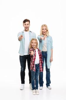 Retrato de corpo inteiro de uma família sorridente com uma criança