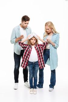 Retrato de corpo inteiro de uma família tendo e argumento
