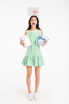 Retrato de corpo inteiro de uma garota excitada vestida de vestido