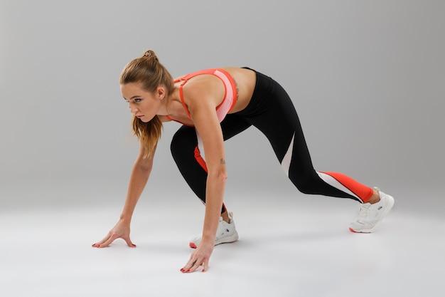Retrato de corpo inteiro de uma jovem desportista concentrada