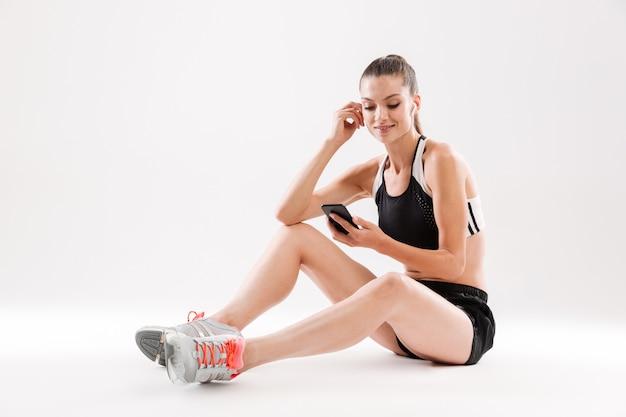 Retrato de corpo inteiro de uma jovem desportista sorridente