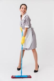 Retrato de corpo inteiro de uma jovem empregada feliz