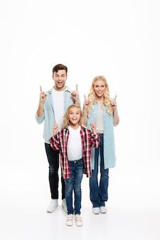 Retrato de corpo inteiro de uma jovem família alegre