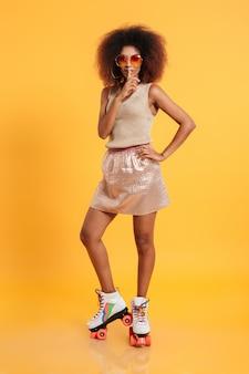 Retrato de corpo inteiro de uma jovem mulher afro-americana