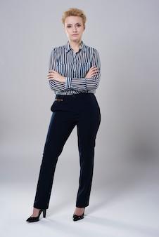 Retrato de corpo inteiro de uma jovem mulher de negócios