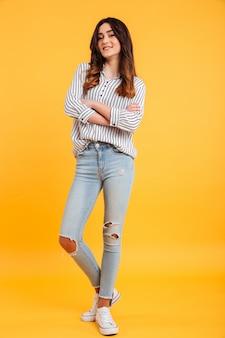 Retrato de corpo inteiro de uma jovem sorridente em pé