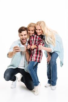 Retrato de corpo inteiro de uma linda família com uma criança