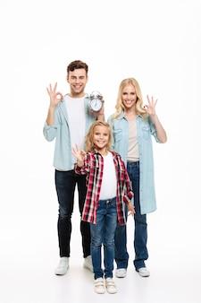 Retrato de corpo inteiro de uma linda família sorridente