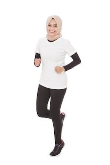 Retrato de corpo inteiro de uma linda mulher asiática desportiva correndo