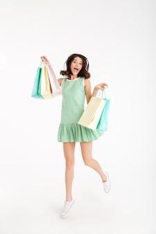Retrato de corpo inteiro de uma menina alegre em vestido