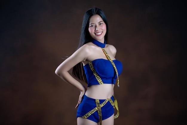 Retrato de corpo inteiro de uma menina bonita feliz num vestido azul dançando