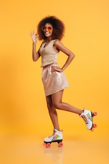 Retrato de corpo inteiro de uma mulher afro-americana divertida