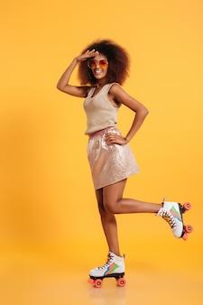 Retrato de corpo inteiro de uma mulher afro-americana feliz