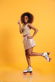 Retrato de corpo inteiro de uma mulher afro-americana rindo