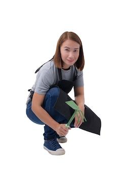 Retrato de corpo inteiro de uma mulher de trabalhador ou servicewoman em camisa cinza e avental
