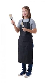 Retrato de corpo inteiro de uma mulher de trabalhador ou serviço mulher de camisa cinza e avental