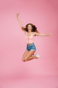 Retrato de corpo inteiro de uma mulher feliz em roupas de verão