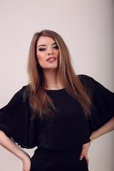 Retrato de corpo inteiro de uma mulher loira sexy pouco vestido preto moda