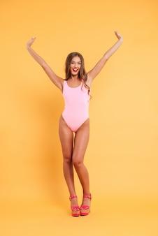 Retrato de corpo inteiro de uma mulher muito sedutora em traje de banho
