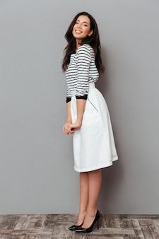 Retrato de corpo inteiro de uma mulher vestida com uma saia