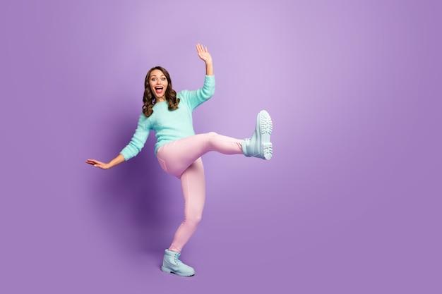 Retrato de corpo inteiro de uma senhora louca, muito ondulada, levantar uma perna, estranho, estranho, jovem, dançar, movimentos, festa, estudantes, usar, fofo, pastel, pulôver, calça rosa