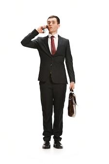 Retrato de corpo inteiro do empresário com maleta em branco