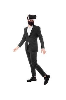 Retrato de corpo inteiro do empresário em óculos de realidade virtual, isolado no espaço em branco
