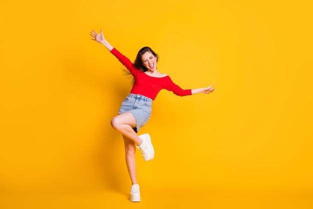 Retrato de corpo inteiro em foto de corpo de oretty louco alegre adorável agradável feliz positivo otimista senhora se divertindo isolado sobre um fundo amarelo brilhante
