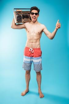 Retrato de corpo inteiro, se um homem alegre sem camisa