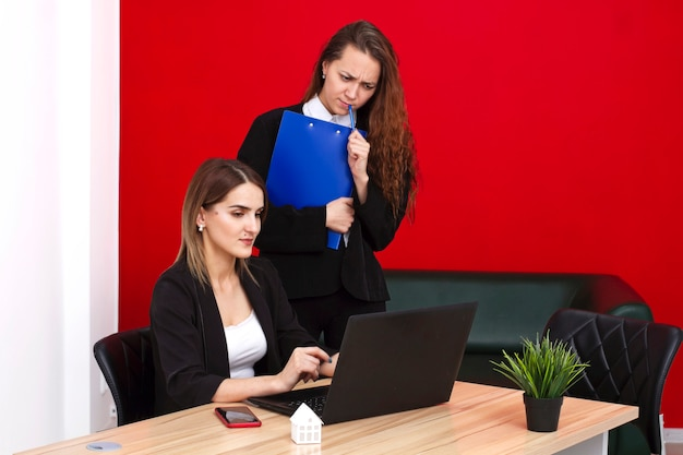Retrato de corretores de imóveis de mulheres no escritório.