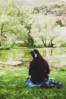 Retrato, de, costas, de, cute, mulher jovem, escutar música