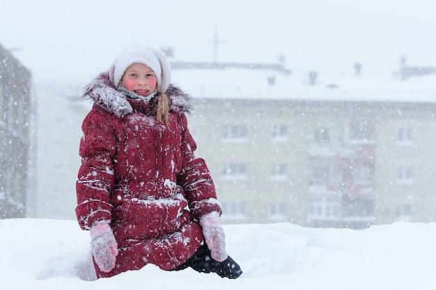 Retrato de crescimento de menina passeando no quintal no inverno.