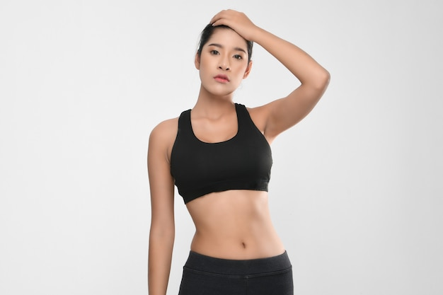 Retrato de crescimento de mulher de aptidão no sportswear.