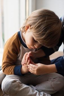 Retrato de criança adorável, aprendendo a rezar