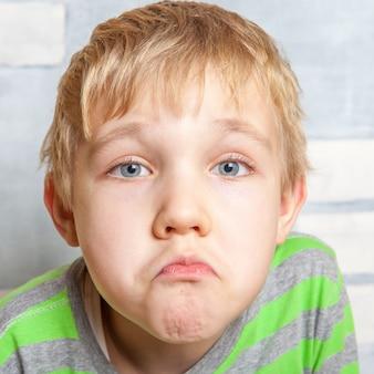 Retrato de criança adorável e triste