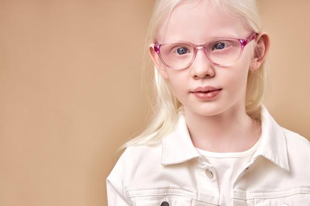 Retrato de criança adorável garota albina, linda garota de óculos