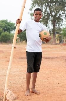 Retrato de criança africana com bola de futebol