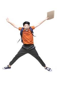 Retrato de criança asiática feliz pulando isolado no branco