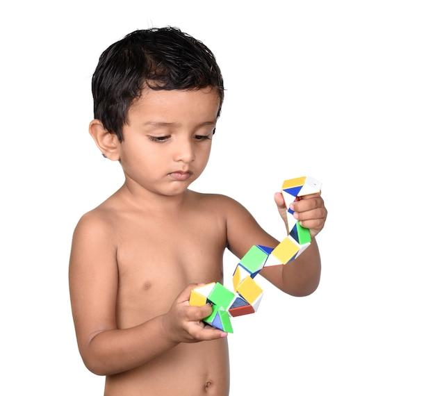 Retrato de criança brincando com um brinquedo em um fundo branco