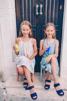 Retrato de criança caucasiana desfrutar de férias de verão