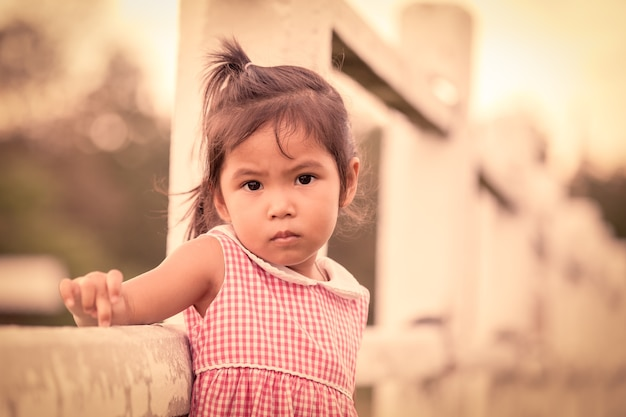 Retrato de criança chateada na fazenda no tom de cor vintage