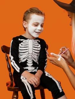 Retrato de criança com fantasia de halloween do mal