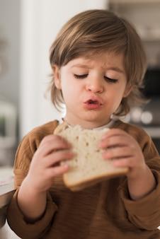 Retrato, de, criança, comer sanduíche