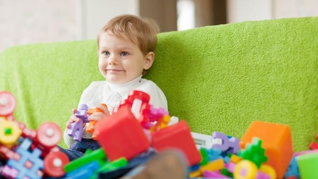 Retrato de criança de três anos em casa