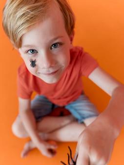 Retrato de criança feliz comemorando o dia das bruxas