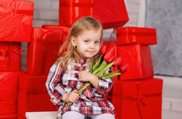 Retrato de criança fofa com buquê de flores, presente de feliz aniversário