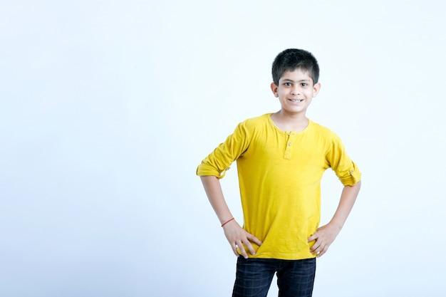 Retrato de criança fofo indiano jovem