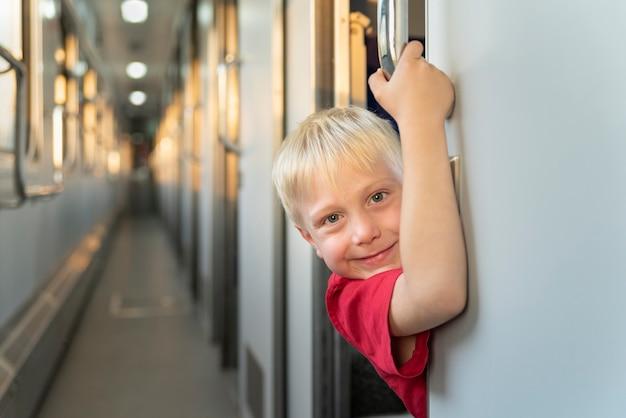 Retrato de criança loira no trem